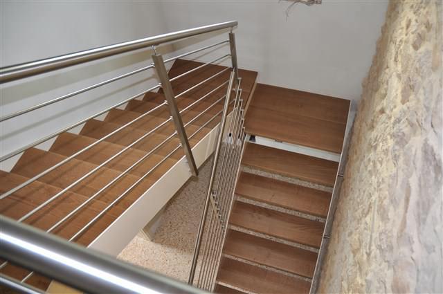 Una scala a giorno con gradini di legno