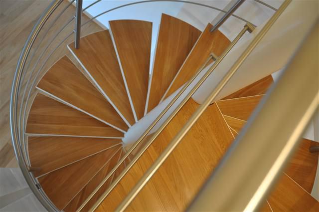 La scala a chiocciola con gradini in legno