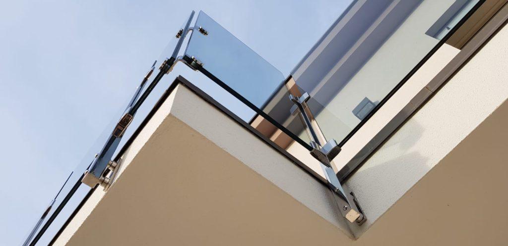 Un parapetto in vetro extra chiaro e acciaio inox