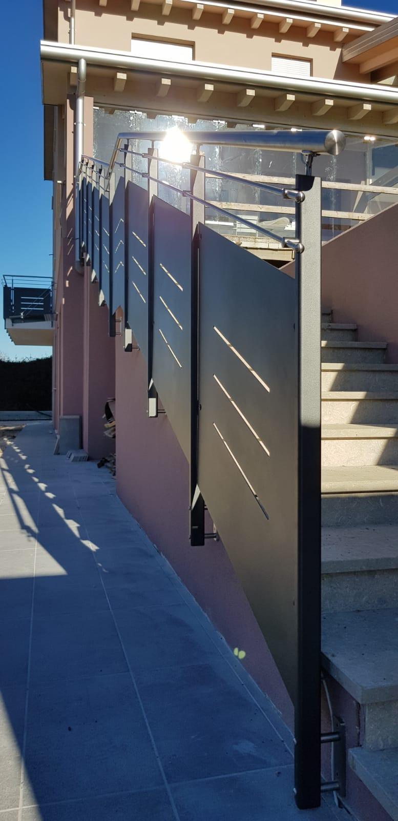 Cancello carraio e pedonale in ferro dal design particolare
