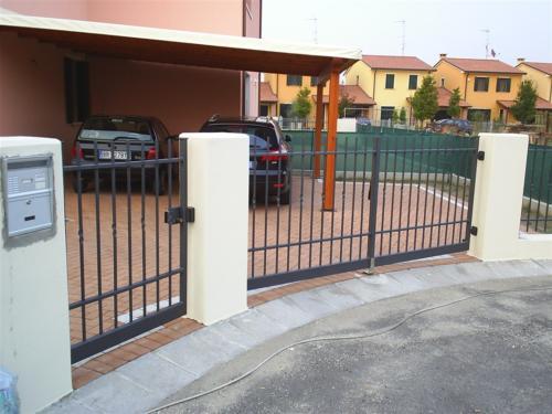 B102-Cancello carraio con paletti