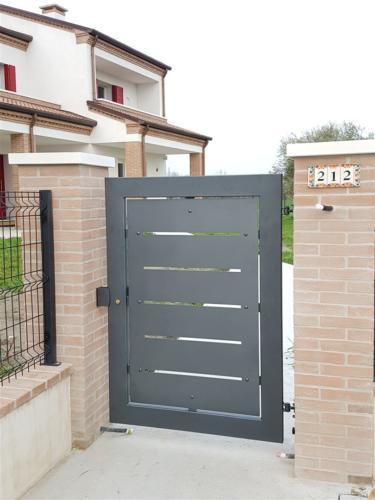 B67-Cancello pesonale con lamiera in ferro