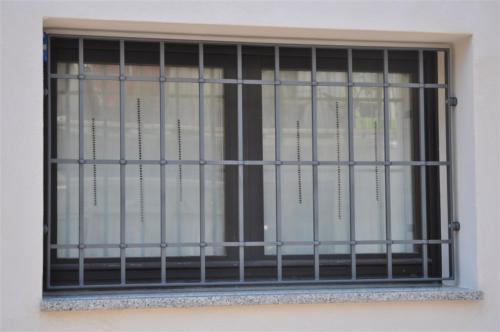 D04-Inferriata con paletti quadrati intrecciati