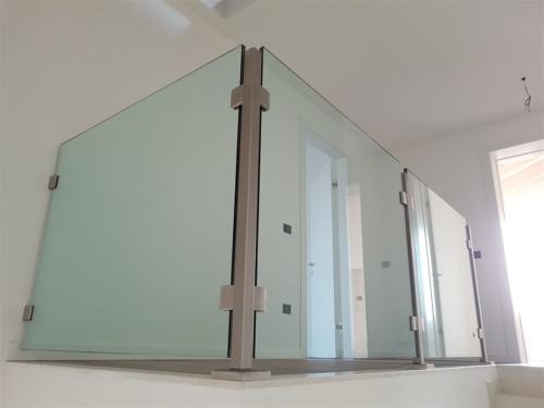 G06-Balaustra in vetro con pinze