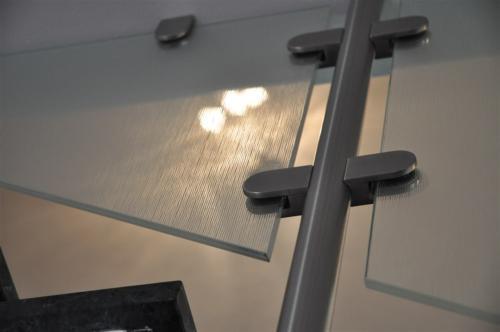 G124-Montante con pinze in acciaio fissaggio vetro