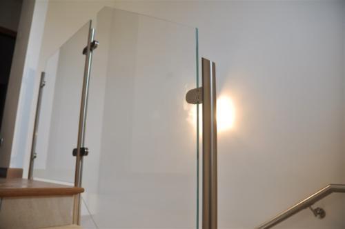 G127-Parapetto in vetro con montanti in acciaio inox