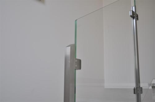G135-Montante per parapetto in vetro