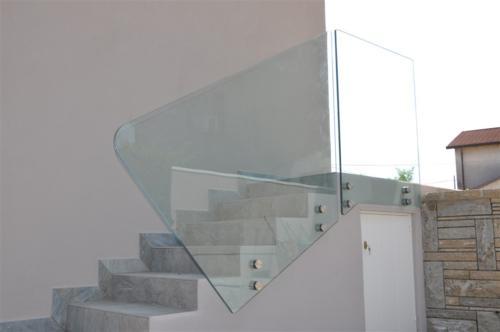 G42-Parapetto esterno in vetro con borchie