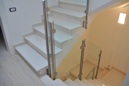 G51-Parapetto scala in vetro montanti tondi