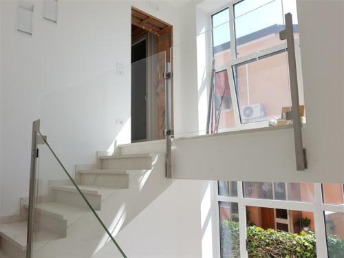 G96-Parapetto scala in vetro con montanti