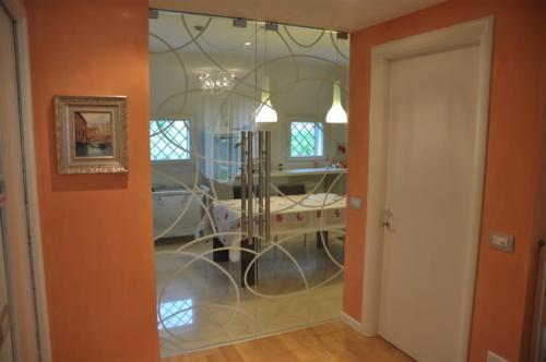 I04-Porta scorrevole decorata in vetro