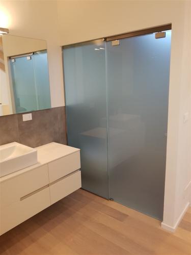 I07-Box doccia con lastre satinate