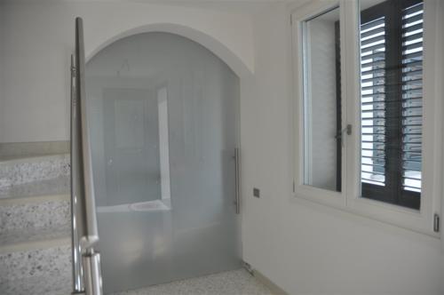 I12-Porta scorrevole in vetro satinato