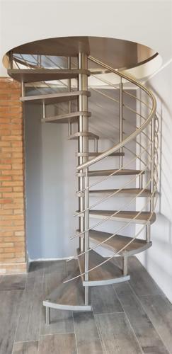 M27-Scala a chiocciola inox e gradini in legno