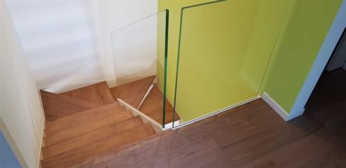 M30-Scala in legno e parapetto in vetro