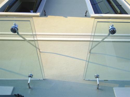 O18-Tettoia con vetri sfalsati e tiranti in acciaio