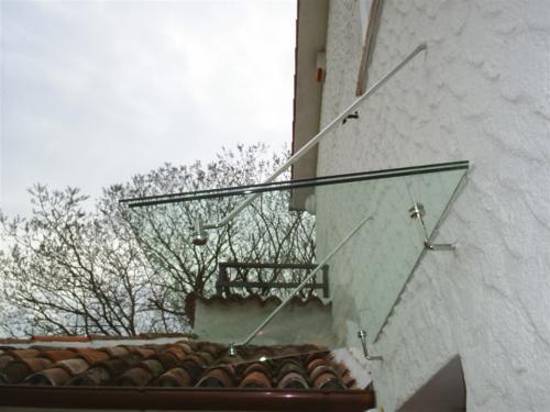 O24-Tettoia con supporti in acciaio
